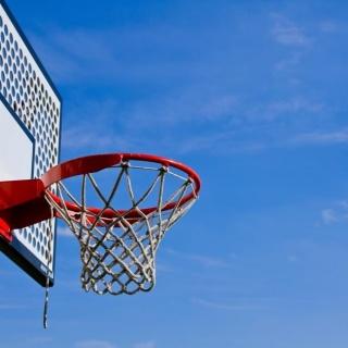 青空とバスケットゴール